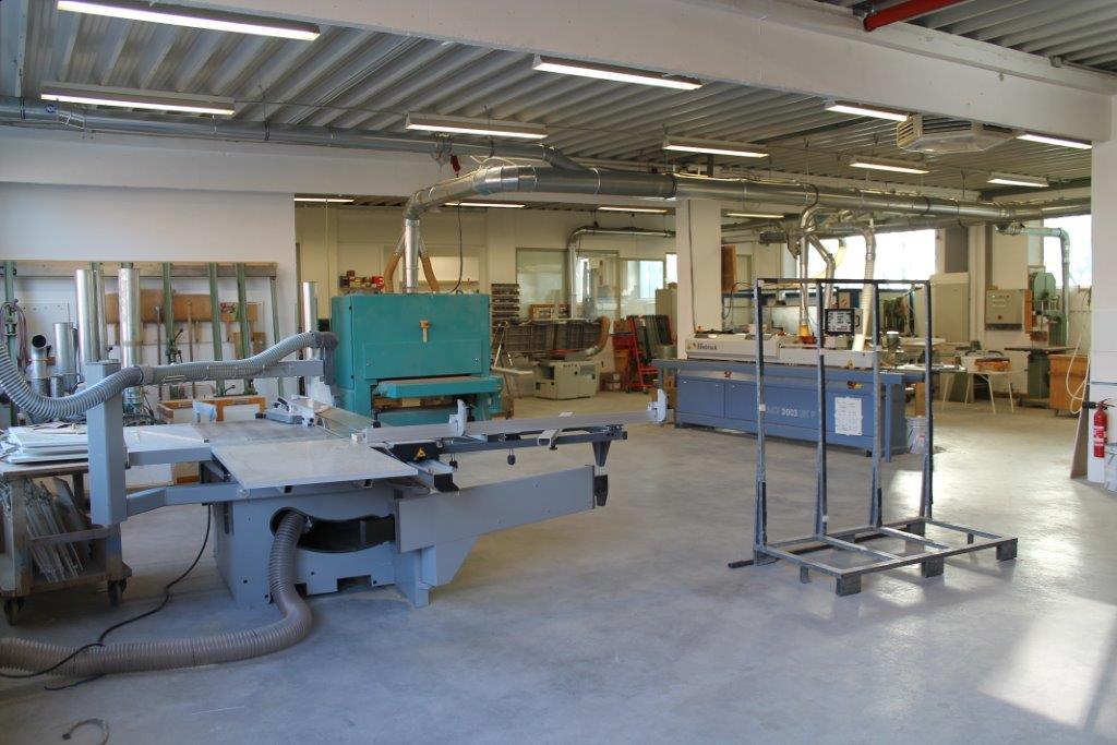 Maschinenraum mit Blick auf die Formatkreissäge, Kantenanleimer und Breitbandschleifmaschine