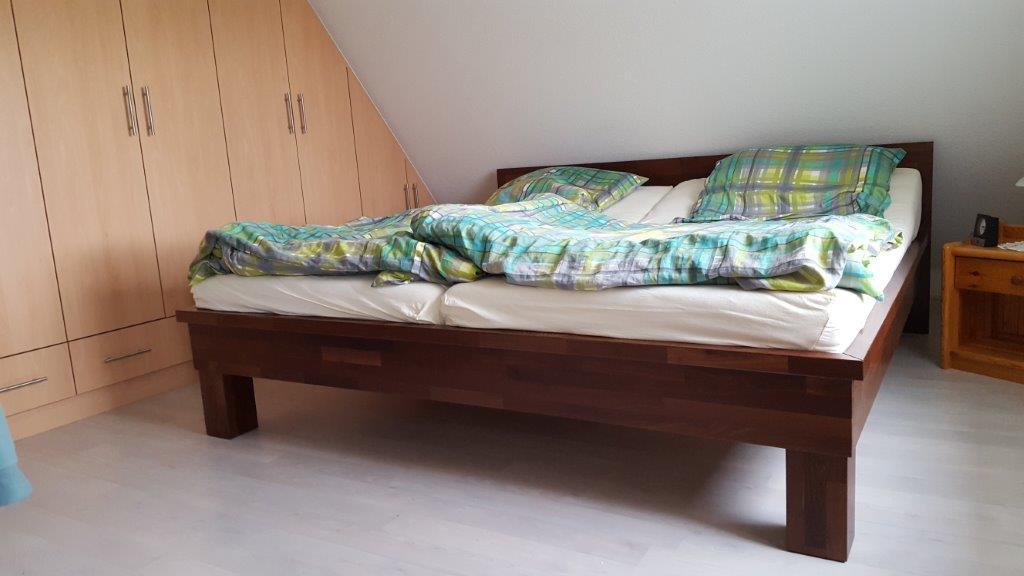 Bett aus Akazie