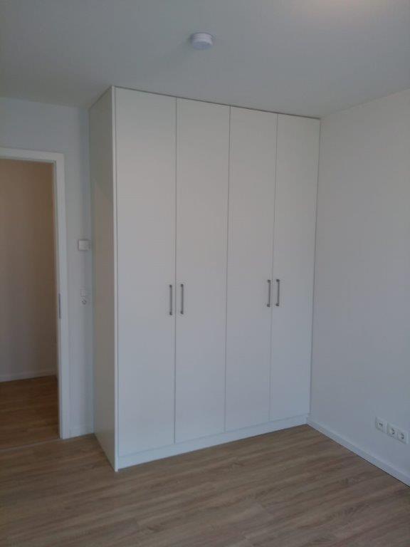 Einbauschrank mit deckenhohen Türen