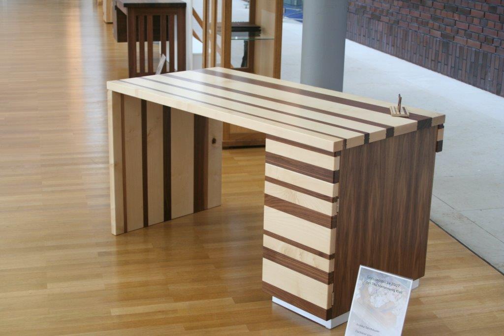Schreibtisch aus Ahorn und Nussbaum